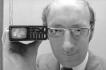 Britský vynálezce Clive Sinclair, který stál u zrodu kapesní kalkulačky a přispěl k rozšíření osobních počítačů, zemřel ve věku 81 let. Na snímku  z roku 1977 s mikrotelevizí.