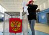 Muž odevzdává svůj hlas v Petrohradě 17. září 2021 během parlamentních voleb v Rusku.