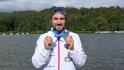 Kanoista Martin Fuksa ukazuje 19. září 2021 obě stříbrné medaile, které získal na mistrovství světa v rychlostní kanoistice v Kodani na tratích 500 a 1000 metrů.