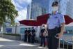 Policisté před sídlemdeveloperské společnosti China Evergrande ve městěŠen-čen.