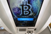 Logo bitcoinu na obrazovce bankomatu. Ilustrační foto.
