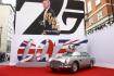 Automobil Aston Martin zaparkovaný na červeném koberci v Londýně před světovou premiérou filmu Není čas zemřít (No Time to Die) ze série o Jamesi Bondovi, 28. září 2021.