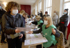 Žena s hlasovacím lístkem během  komunálních voleb v Tbilisi 2. října 2021.