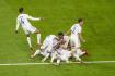 Fotbalisté Francie se radují z vítězného gólu Thea Hernándeze v semifinále Ligy národů v Turíně.