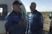 Herec William Shatner (vlevo) mluví 13. října 2021 s miliardářem Jeffem Bezosem poté, co přistál po krátkém letu do vesmíru v modulu společnosti Blue Origin.