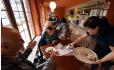 Cukrárna Venezia v Rumburku (na snímku z 13. října 2021), která nedávno získala ocenění Spokojený zákazník, nabízí především vlastní zákusky. Mimo to má v menu i lahůdkářské výrobky, například plněné croissanty či obložené chlebíčky.
