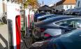 První nabíjecí hub pro elektromobily v Česku napájený pouze obnovitelnou elektřinou oficiálně otevřeli 21. října 2021 v Lovosicích na Litoměřicku.