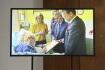 Vedoucí Kanceláře prezidenta republiky Vratislav Mynář na briefingu  21. října 2021 na Pražském hradě zveřejnil záznam, na kterém prezident Miloš Zeman (vlevo) podepisuje listinu k svolání zasedání Sněmovny.