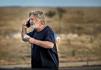 Herec Alec Baldwin telefonuje na parkovišti před šerifským úřadem v Santa Fe 22. října 2021 poté, co při natáčení filmu Rust zastřelil kameramanku a zranil režiséra.