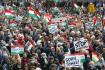 Pochod podporovatelů prezidenta Viktora Orbána v maďarské Budapešti. Při příležitosti 65. výročí protisovětského povstání vyrazili do ulic také odpůrci současné hlavy státu.