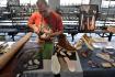 Pracovník firmy Vasky Trade Jaroslav Hrdlička předváděl 23. října 2021 výrobu bot v Muzeu jihovýchodní Moravy ve Zlíně, kde se konala akce Ševci žijí.