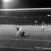 Ilustrační foto - Antonín Panenka střílí rozhodující penaltu ve finále mistrovství Evropy v kopané v Bělehradě. Vlevo německý brankář Sepp Maier. Utkání ČSSR - Německo skončilo v normální hrací době remízou 2:2. Československo zvítězilo na penalty 5:3.