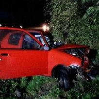 Při nehodě u Chýště na Pardubicku v noci na dnešek zemřeli dva lidé. Dvě auta se střetla s kamionem. Řidička a řidič osobních aut zraněním podlehli.