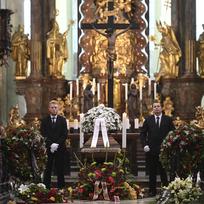 Asi tři sta lidí se přišlo 13. července 2019 rozloučit s českým lékařem, zakladatelem československé dětské onkologie Josefem Kouteckým do baziliky Nanebevzetí Panny Marie na Strahově. Zemřel 5. července 2019 ve věku 88 let.