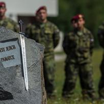Vojáci z táborského mechanizovaného praporu si 5. srpna 2019 slavnostním nástupem připomněli tři své bývalé kolegy, kteří loni zahynuli na misi v Afghánistánu.