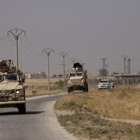 Americká armáda projiždí u hranic Sýrie s Tureckem na snímku z 8. září 2019.