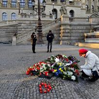 Lidé nosili květiny a zapalovali svíčky 16. ledna 2020 u památníku Jana Palacha před budovou Národního muzea na Václavském náměstí v Praze.
