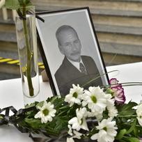 Ilustrační foto - Květiny a fotografie předsedy Senátu Jaroslava Kubery, který zemřel náhle ve věku 72 let, byly umístěny 20. ledna 2020 v prostorách teplického magistrátu, kde byl dlouholetým primátorem.
