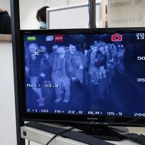 Ilustrační foto - Teplotní skener měří teplotu cestujících na letišti v japonské Naritě.