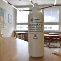 Dezinfekční prostředky v učebně základní školy - ilustrační foto.