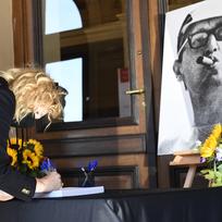 Herečka Anna Geislerová se podepisuje do kondolenční knihy v pražském Rudolfinu, kde se 18. září 2020 uskutečnilo poslední rozloučení s oscarovým režisérem Jiřím Menzelem.