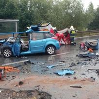 Při čelním střetu dvou vozidel v Nasavrkách na Chrudimsku se 26. září 2020 zranilo osm lidí včetně dětí.