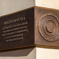 U budovy Českého rozhlasu v Ostravě byla odhalena 19. října 2021 pamětní deska Karla Kryla, která připomíná působení známého písničkáře v Českém rozhlase.