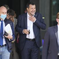 Bývalý italský ministr vnitra Matteo Salvini opouští budovu soudu v Palermu. (snímek z 23. října 2021)