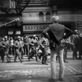 Fotografie pořízená Britem Chrise Rooneym 21. srpna 1968 na Vinohradské ulici v Praze.