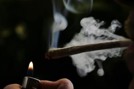 Kouření marihuany, joint, zapalovač. Ilustrační foto.