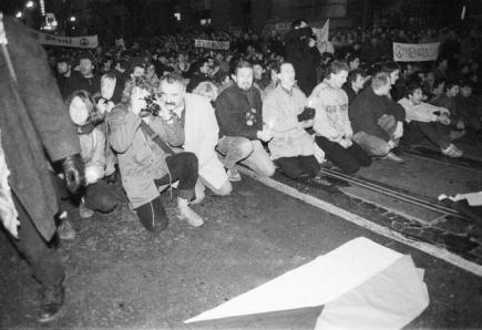 Demonstranti s čs. vlajkou před policejním kordonem na Národní třídě. 17. listopad 1989.