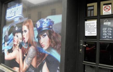 Ostravská prodejna Amsterdam shop, kde byly až do 22. dubna k mání legální drogy, po Velikonocích neotevřela. Provozovatelé prostřednictvím cedule na dveřích uvádějí, že otevřou 27. dubna odpoledne. Prodejnu uzavřeli minulý týden kvůli novele vyhlášky. Ta látky nabízené jako sběratelské předměty zařadila na seznam zakázaných narkotik.