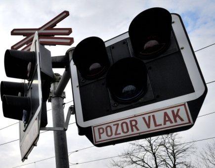 Při srážce auta s vlakem na Českokrumlovsku se zranili dospělý a dvě děti