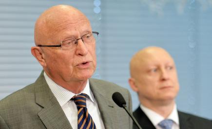 Bývalý předseda dozorčí rady ČEZ Václav Pačes na snímku z 10. dubna 2014. Vpravo je generální ředitel Daniel Beneš.
