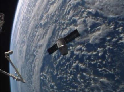 Vesmírná loď SpaceX Dragon u Mezinárodní vesmírné stanice.