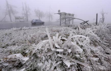 Dopravu na východě ČR komplikuje ledovka, byla zavřená část D1
