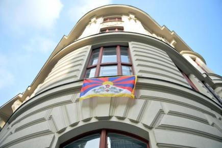 Zastupitelé hlavního města Prahy za TOP 09 vyvěsili 10. března z okna svého klubu na pražském magistrátu vlajku Tibetu jako symbolické připomenutí protičínského povstání v roce 1959, při kterém zahynulo 80 tisíc Tibeťanů. Akce Vlajka pro Tibet se v ČR koná od roku 1996.