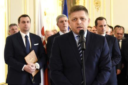 Zástupci čtyř stran, které tvoří novou slovenskou vládu. Na snímku (zleva) jsou předseda Slovenské národní strany Andrej Danko, předseda strany Most-Híd Béla Bugár, předseda strany Směr-SD a staronový premiér Robert Fico a předseda strany Síť Radoslav Procházka.