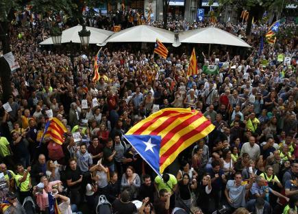 Lidé v Barceloně demonstrují proti zásahu v úřadech katalánské vlády.