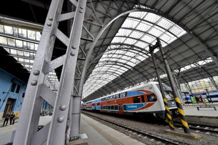 Na pražském hlavním nádraží byla 3. října slavnostně zakončena rekonstrukce zastřešení příjezdové haly. Kvůli zkorodovaným nosným obloukům se zvýšily náklady o 127 milionů korun. Sto let stará ocelová konstrukce byla totiž v mnohem horším stavu než Správa železniční dopravní cesty (SŽDC) očekávala. Celková hodnota opravy příjezdové haly pražského nádraží se včetně projektové části vyšplhala na 690 milionů korun. Z Evropských peněz pak SŽDC na rekonstrukci čerpala příspěvek zhruba 480 milionů.