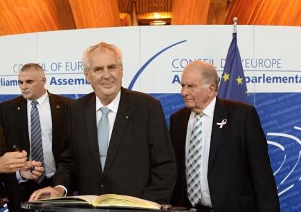 Český prezident Miloš Zeman se podepsal do pamětní knihy před svým vystoupením na Parlamentním shromáždění Rady Evropy (PSRE) 10. října ve Štrasburku. Vpravo je úřadující předseda PSRE Roger Gale.
