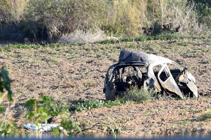 Trosky vozu, ve kterém byla zavražděna maltská novinářka Daphne Caruanová Galiziová.