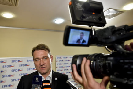 Sledování výsledků sněmovních voleb ve volebním štábu hnutí Svoboda a přímá demokracie (SPD) 21. října v Praze. Na snímku místopředseda hnutí Radim Fiala hovoří s novináři.