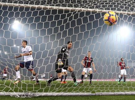 Fotbalista Crotone Ante Budimir (vlevo) dává gól do sítě Boloně v utkání italské Serie A.