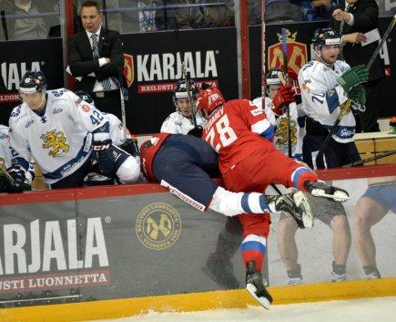 Hokejový turnaj Karjala v Helsinkách, utkání Finsko - Rusko. Andrej Zubarev z Ruska naráží u mantinelu do Marka Anttily z Finska.