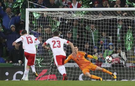 Baráž o fotbalové MS 2018 Severní Irsko - Švýcarsko v Belfastu. Švýcar Ricardo Rodriguez střílí gól z penalty.