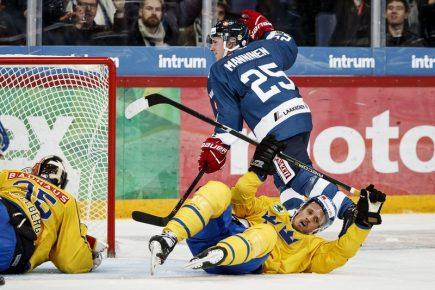 Hokejový turnaj Karjala v Helsinkách, utkání Finsko - Švédsko. Sakari Manninen z Finska překonává čvédského brankáře Magnuse Hellberga.