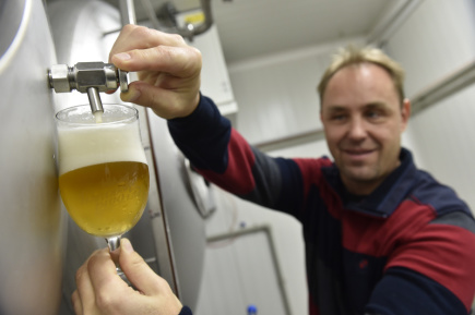 Pivovar Tišnov je jedním ze tří pivovarů, které vznikly za poslední dva roky v Tišnově na Brněnsku. Na snímku z 24. října je jeho ředitel a vrchní sládek Petr Peška.