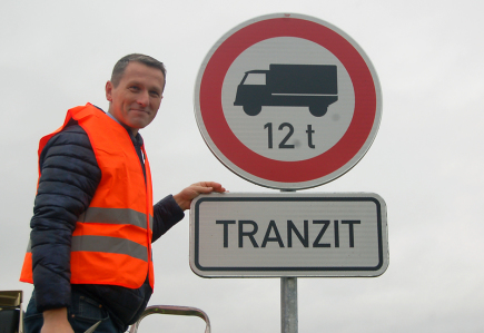 V Říčanech u Prahy a okolí začal 13. listopadu platit zákaz tranzitu kamionů nad 12 tun. Na snímku je starosta Říčan Vladimír Kořen s právě odhalenou dopravní značkou.