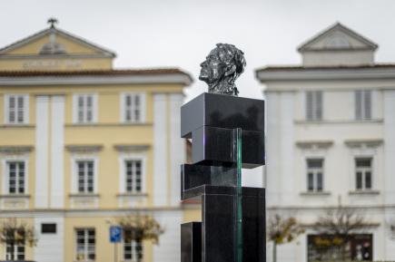 Památník s bustou abstraktního malíře Františka Kupky bude 17. listopadu odhalen ve francouzském městě Putaux. Právě v tomto městě Kupka, který převážnou část života prožil ve Francii, před 60 lety zemřel. Na snímku z 15. listopadu je jeho památník v Opočně na Rychnovsku, kde se roku 1871 narodil.